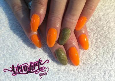 Neon mandarinka a zlaté zdobení